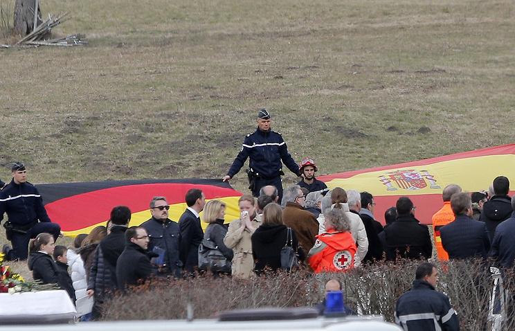 Родственники погибших в районе крушения самолета, 26 марта