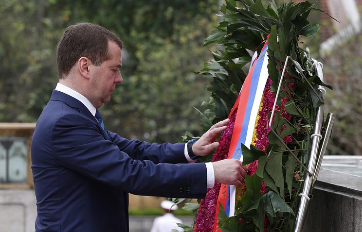 Премьер-министр РФ Дмитрий Медведев во время возложения венка к Мемориалу павшим героям