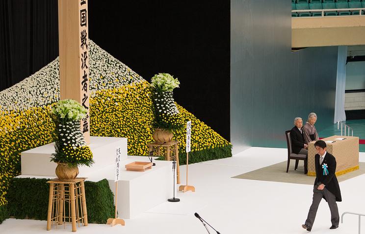 Премьер-министр Японии Синдзо Абэ (справа) во время ежегодной церемонии памяти жертв Второй мировой войны в Токио, 2014 год