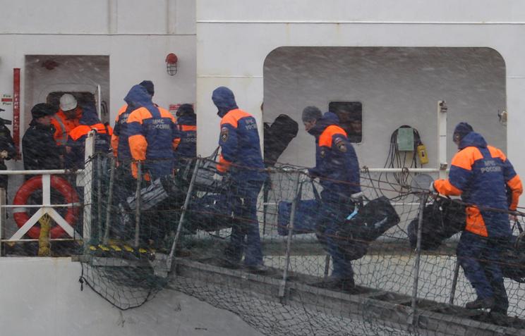 """Спасенные моряки затонувшего траулера """"Дальний Восток"""" доставлены в порт Корсаков"""