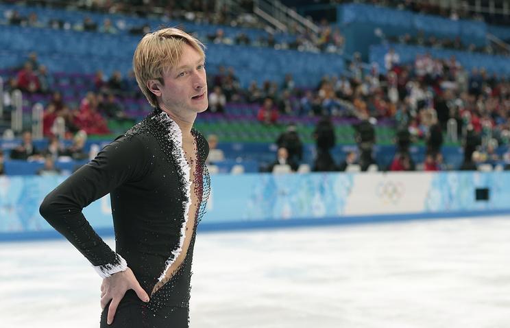 Евгений Плющенко покидает лед после того, как он снялся с соревнований на Олимпиаде в Сочи. 13 февраля 2014 года