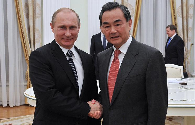 Президент РФ Владимир Путин и министр иностранных дел Китая Ван И