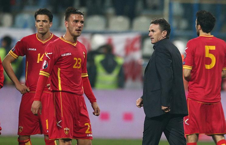 Футболисты сборной Черногории и главный тренер команды Бранко Брнович