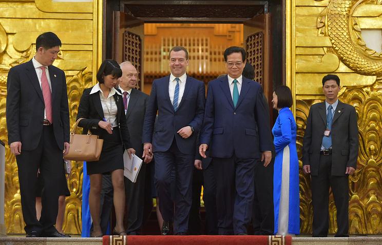 Премьер-министр РФ Дмитрий Медведев и премьер-министр Вьетнама Нгуен Тан Зунг (в центре слева направо) во время церемонии официальной встречи