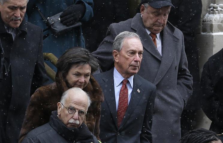Майкл Блумберг (в центре)