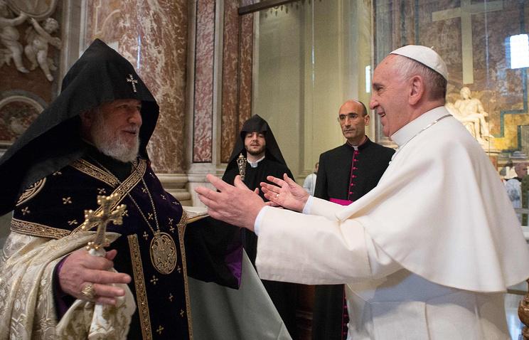 Католикос всех армян Гарегин II  и Папа Римский Франциск, 12 апреля 2015 года