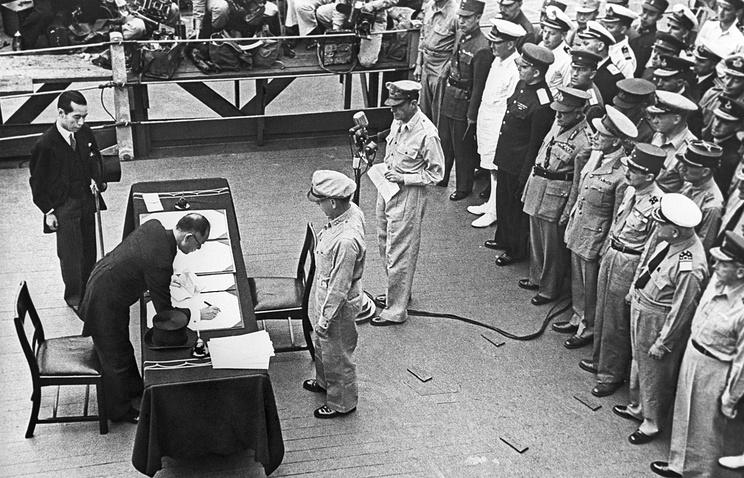 "Капитуляция Японии. Момент подписания акта о безоговорочной капитуляции Японии на борту американского линкора ""Миссури"" в Токийском заливе"