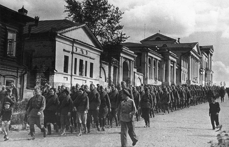 """""""На фронт"""". Фото Георгия Авраменко. Свердловск, 1942 год"""