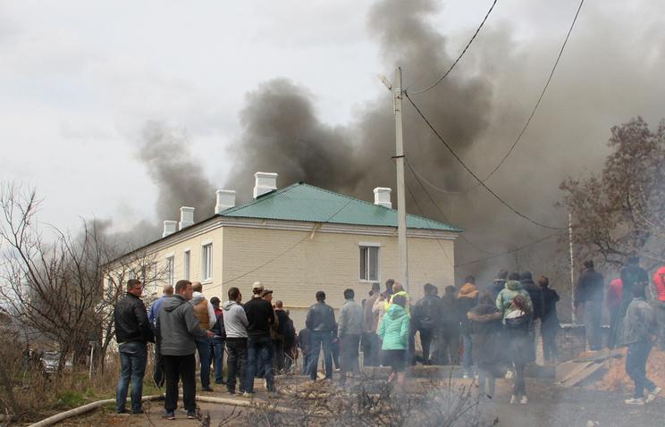 Жители Орла у склада магазина пиротехники, где произошел пожар