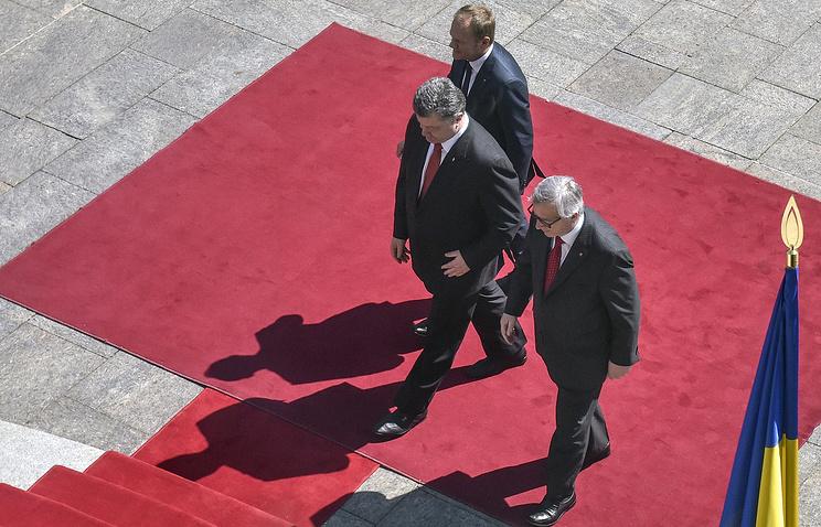 Президент Европейского совета Дональд Туск, президент Украины Петр Порошенко и президент Европейской комиссии Жан-Клод Юнкер