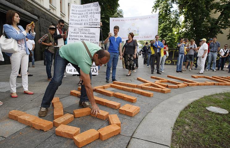 Акция с требованием принятия закона о люстрации у администрации президента в Киеве