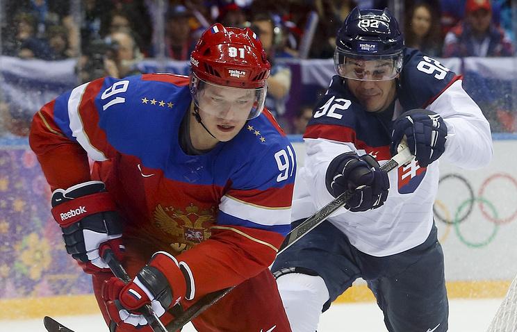Владимир Тарасенко (слева) в матче против сборной Словакии на Играх в Сочи