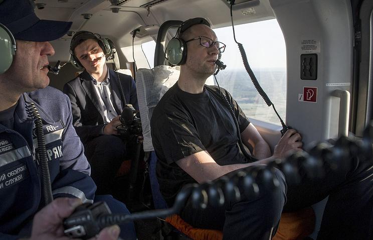 Премьер-министр Украины Арсений Яценюк (справа) в вертолете над зоной отчуждения в Чернобыле