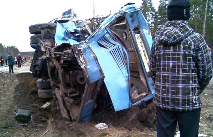 На месте столкновения пассажирского автобуса с локомотивом в Выборгском районе, 15 апреля 2015 года