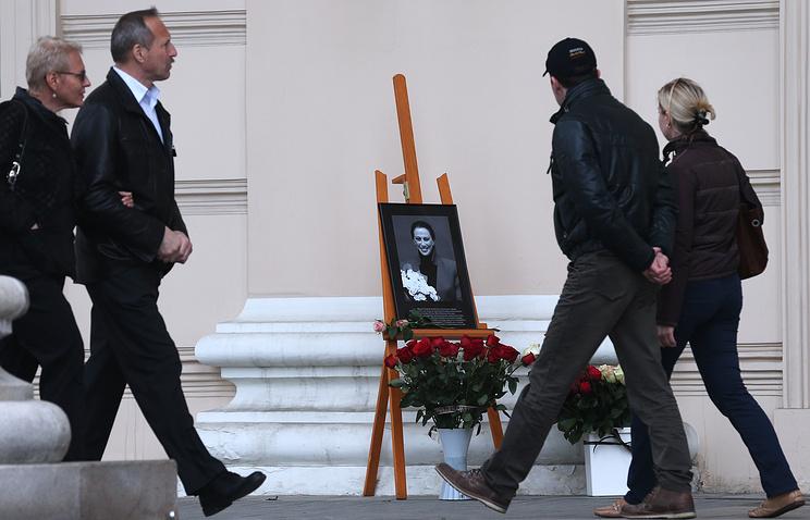 Цветы у Большого театра в память о Майе Плисецкой