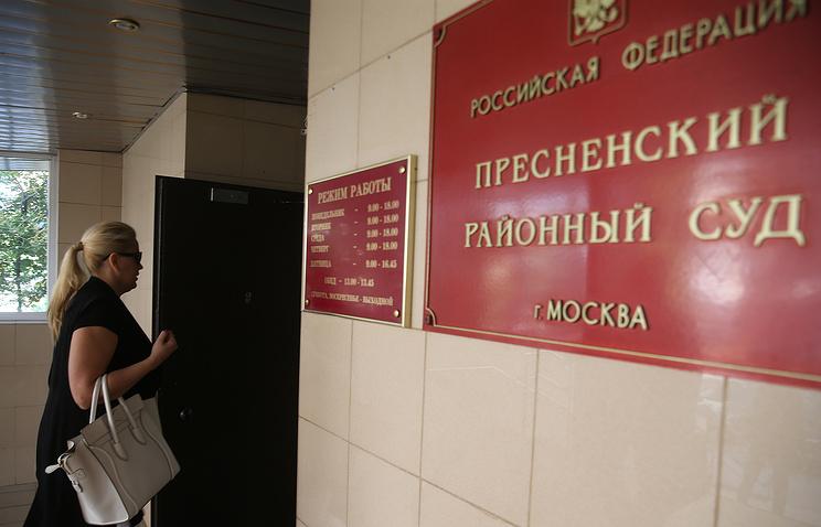 Евгения Васильева у здания Пресненского суда