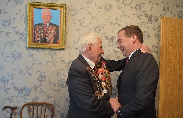 Ветеран Великой Отечественной войны Илья Красносельцев и премьер-министр России Дмитрий Медведев