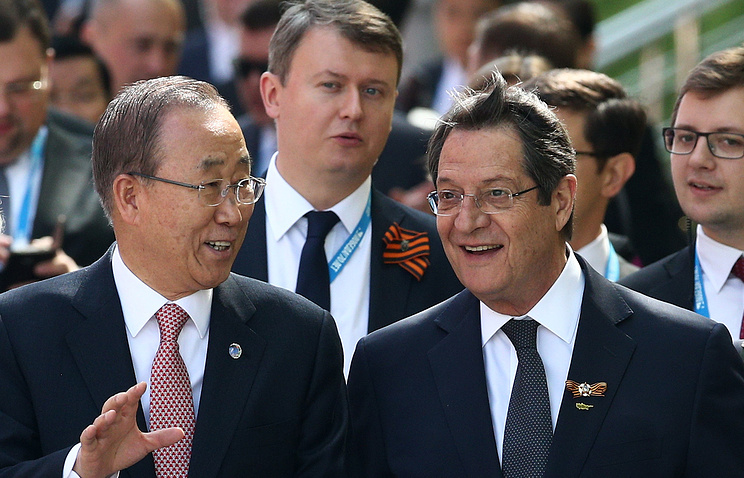 Генеральный секретарь ООН Пан Ги Мун и президент Республики Кипр Никос Анастасиадис (справа)