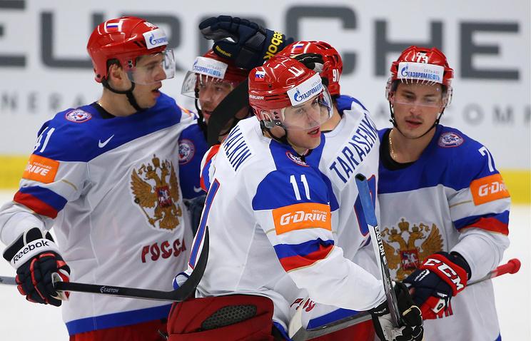 Игроки сборной России Николай Кулемин (слева), Евгений Малкин (в центре) и Максим Чудинов (справа) во время матча со сборной Словакии