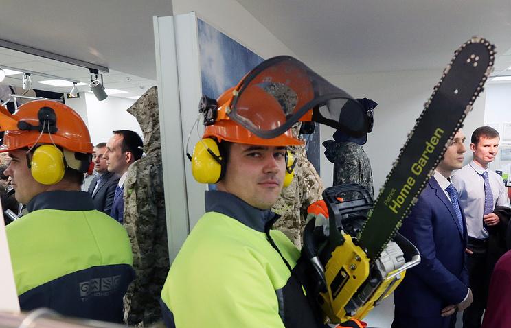 Демонстрация средств индивидуальной защиты для работников потенциально опасных производств.