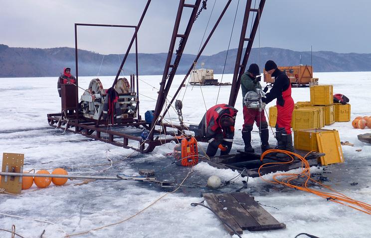 """Сборка гирлянд оптических модулей детектора """"Дубна"""" на  озере Байкал"""