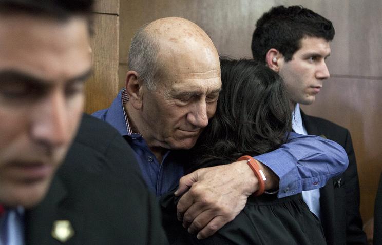 Эхуд Ольмерт (в центре) в здании суда