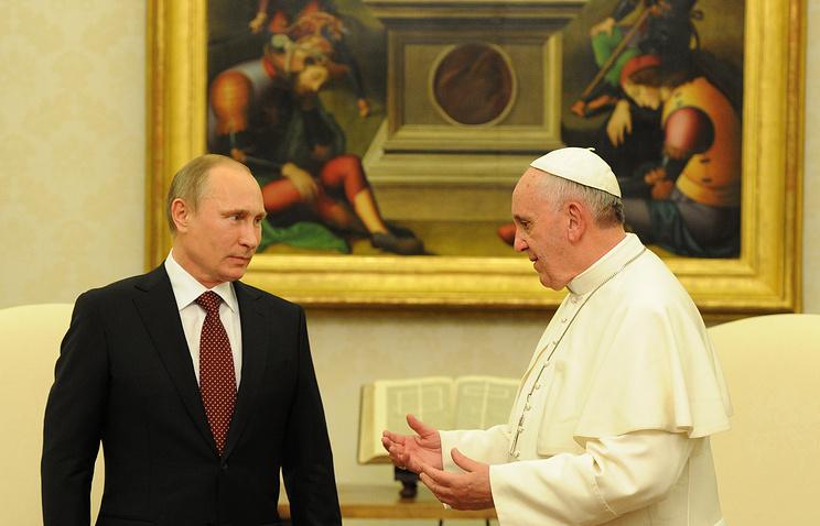 Президент России Владимир Путин и папа римский Франциск во время встречи в Апостольском дворце в Ватикане. 2013 год