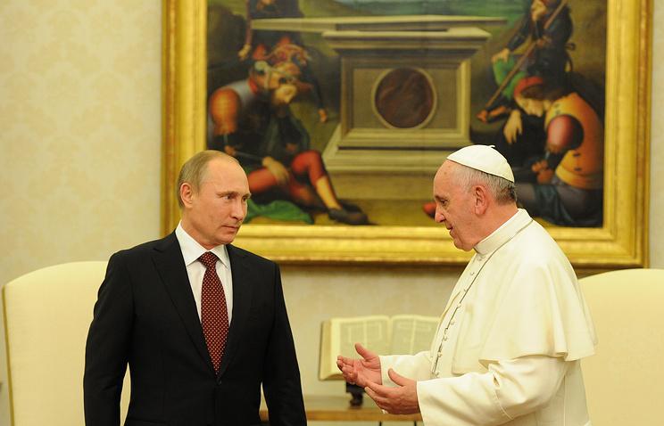 Президент России Владимир Путин и папа римский Франциск во время встречи в Апостольском дворце, 2013 год