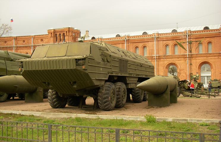 """Пусковая установка 9П71 и ракета 9М714 оперативно-тактического ракетного комплекса """"Ока"""" в Артиллерийском музее Санкт-Петербурга"""