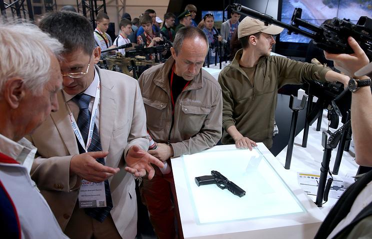 """Пистолет ПЛ-14 концерна """"Калашников"""", представленный на выставке оружия на Международном военно-технического форуме """"Армия-2015"""""""