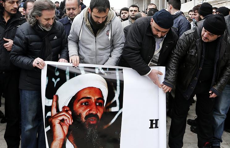 Митингующие исламисты несут портрет Усамы бен Ладена