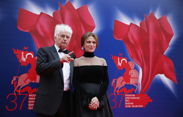 Председатель жюри основного конкурса 37-го ММКФ Жан-Жак Анно с актрисой Жаклин Биссет