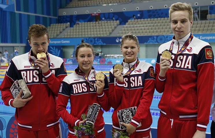 Российские пловцы Владислав Козлов, Арина Опенышева, Мария Каменева и Елисей Степанов (слева направо), завоевавшие золотые медали в смешанной эстафете