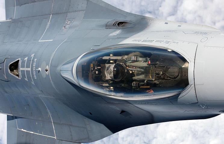 Вид на кабину пилота истребителя F-16
