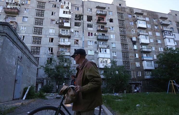Жилой дом, пострадавший в результате обстрелов поселка Октябрьский Куйбышевского района. Донецк, 8 июня 2015 года