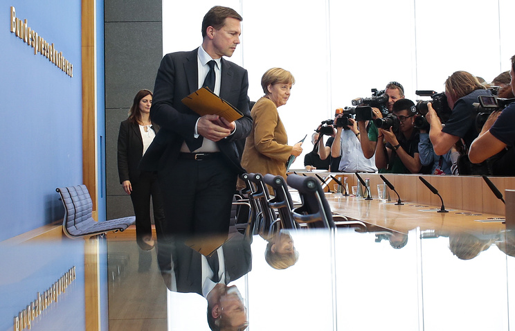 Официальный представитель правительства ФРГ Штеффен Зайберт и канцлер ФРГ Ангела Меркель