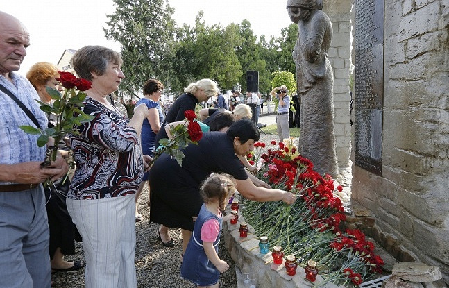 "Возложение цветов во время траурного митинга у монумента ""Стена Плача"""