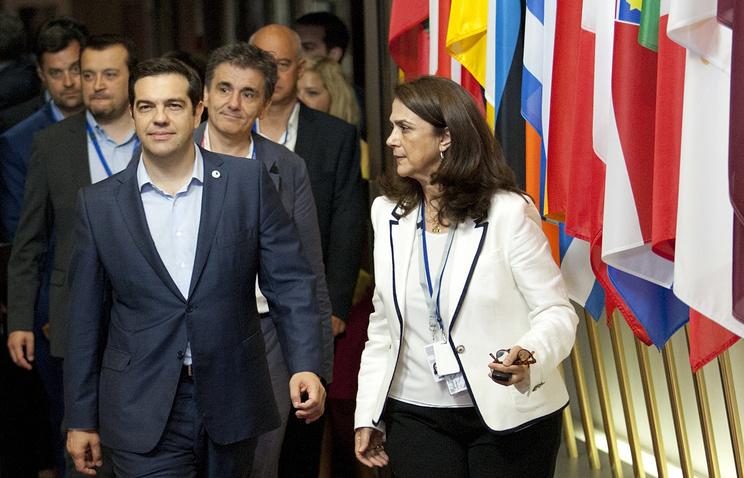 Алексис Ципрас (третий слева)