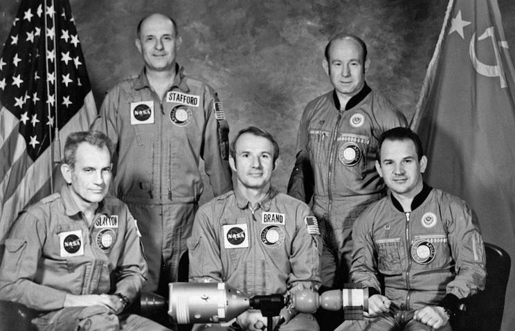 """Советские и американские экипажи кораблей """"Союз"""" и """"Аполлон"""". Слева направо: Дональд Слейтон, Томас Стаффорд, Вэнс Бранд, Алексей Леонов и Валерий Кубасов"""