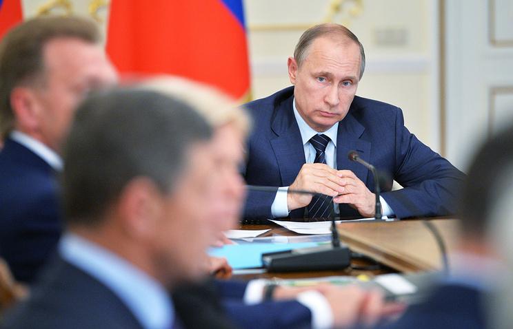 Президент России Владимир Путин на совещании с членами правительства РФ в Ново-Огарево