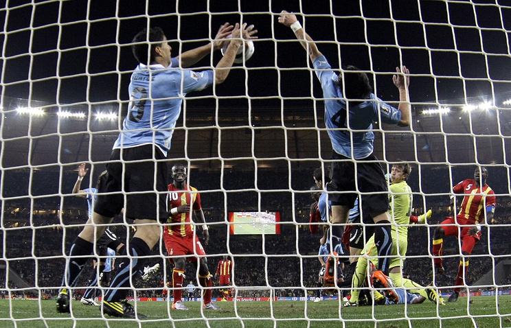 Луис Суарес (слева) отбивает мяч руками на 120-й минуте четвертьфинального матча Чемпионата Мира 2010