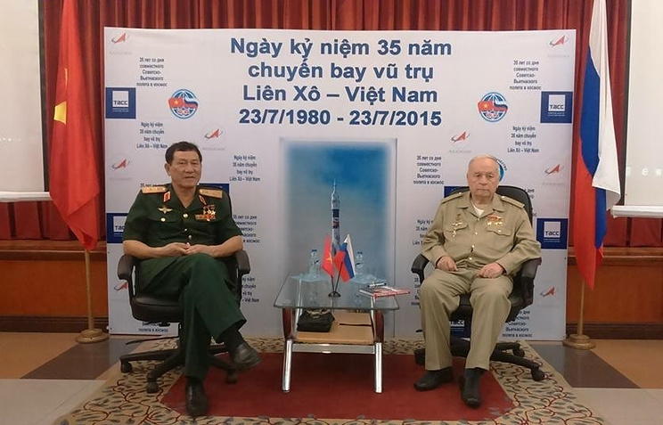 Первый представитель Азии в космосе Фам Туан и космонавт Виктор Горбатко