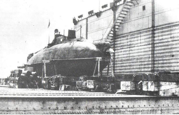 """Подводная лодка """"Сом"""" в плавучем доке"""