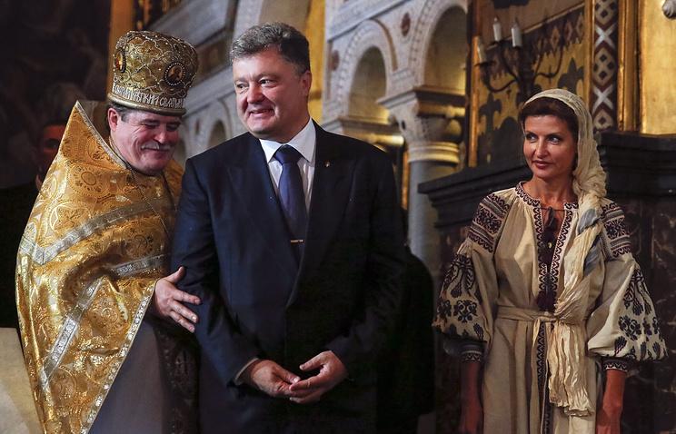 Президент Украины Петр Порошенко с супругой Мариной принял участие в литургии в Свято-Владимирском соборе