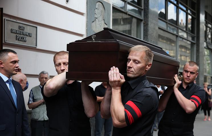 Вынос гроба с телом режиссера Василия Пичула после церемонии прощания в Доме кино