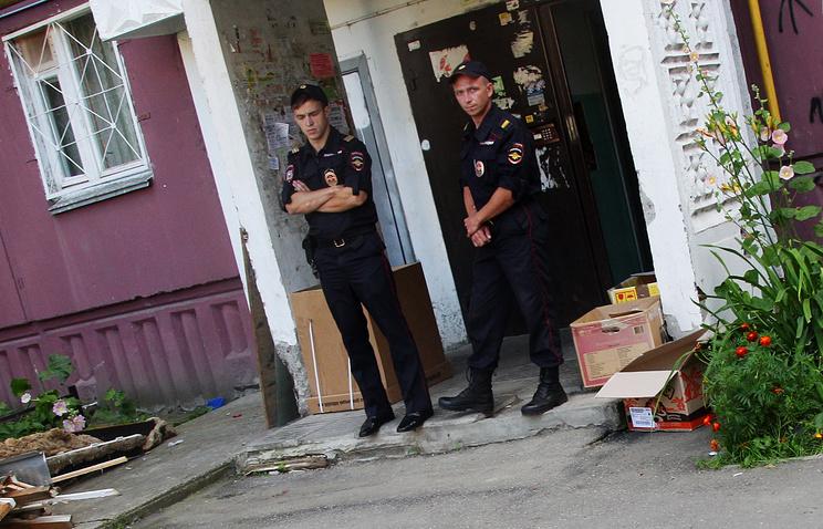 Сотрудники правоохранительных органов у подъезда жилого дома, где проживала многодетная семья с шестью детьми, Нижний Новгород