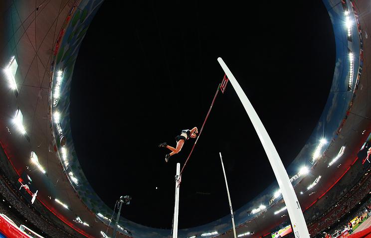 Канадский спортсмен Шон Барбер в финале соревнований по прыжкам с шестом среди мужчин