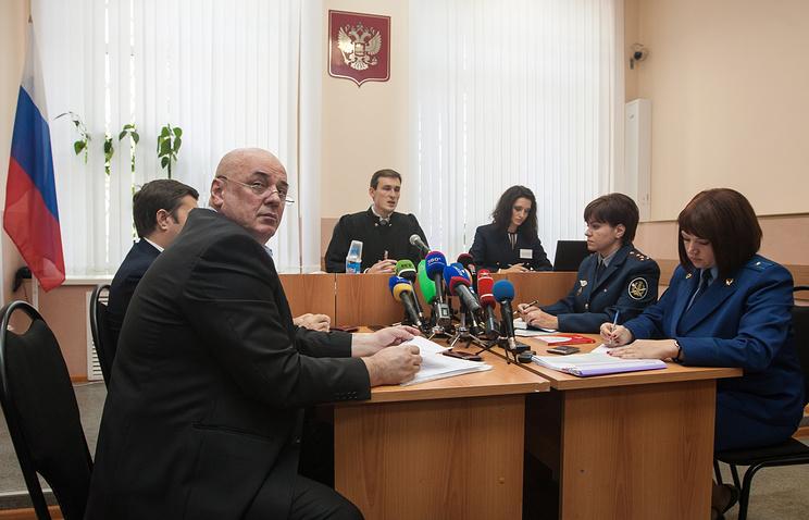 Адвокат Хасан Бороков (слева на первом плане), судья Илья Галаган (в центре) в Судогодском районном суде во время рассмотрения вопроса об условно-досрочном освобождении Евгении Васильевой