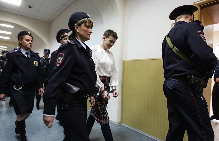 Надежда Савченко (в центре)