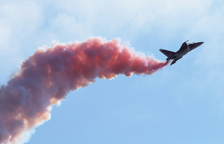 Учебно-боевой самолет Як-130 во время демонстрационного полета